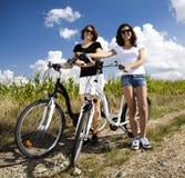 Девушка с наслаждаться велосипеда Стоковые Изображения