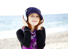 Девушка с наушниками стоковое фото
