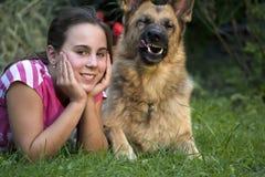 Девушка с немецкой овчаркой 8 Стоковые Изображения