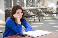 Девушка с неудовлетворенным выражением outdoors Стоковые Изображения RF