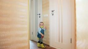 Девушка с ниппелью в ее рте стоит на цыпочках и поворачивает свет в bathroom и туалете видеоматериал