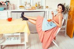 Девушка с ногами на таблице Стоковые Фотографии RF