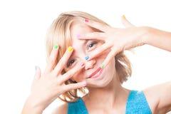 Девушка с ногтями радуги Стоковые Изображения