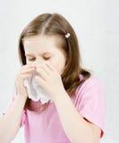 Девушка с носовым платком заболевание детства стоковые фотографии rf