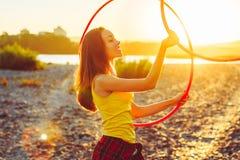 Девушка с обручами в природе стоковые фото