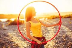 Девушка с обручами в природе стоковая фотография rf