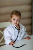 Девушка с доктором стетоскопа Стоковые Фотографии RF