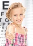 Девушка с оптически диаграммой глаза стоковое фото