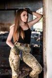 Девушка с оружием на руинах стоковые фотографии rf