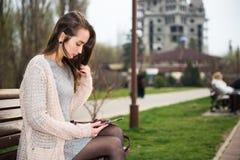 Девушка с доской сзажимом для бумаги Стоковое Изображение