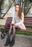 Девушка с доской сзажимом для бумаги Стоковое фото RF