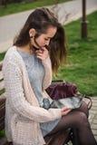 Девушка с доской сзажимом для бумаги Стоковая Фотография