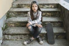 Девушка с отдыхать скейтборда Стоковая Фотография