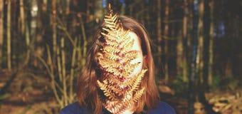 Девушка с папоротником Стоковое Изображение