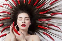 Девушка с перцами чилей Стоковое Изображение