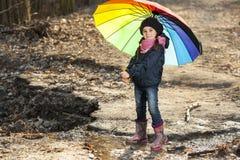 Девушка с пестротканым зонтиком в парке осени Стоковое Фото