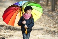 Девушка с пестротканым зонтиком в парке осени Стоковая Фотография RF