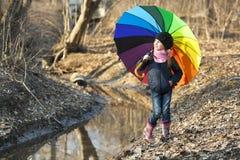 Девушка с пестротканым зонтиком в парке осени Стоковые Фотографии RF