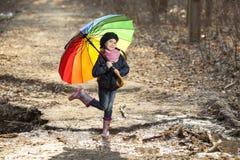 Девушка с пестротканым зонтиком в парке осени Стоковые Изображения