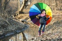 Девушка с пестротканым зонтиком в парке осени Стоковые Изображения RF