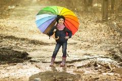 Девушка с пестротканым зонтиком в парке осени Стоковое Изображение RF