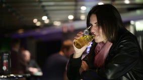 Девушка с пивом Стоковое Фото