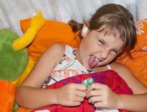 Девушка с пилюльками стоковое изображение