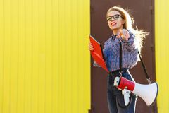 Девушка с ПК громкоговорителя и таблетки Стоковая Фотография RF