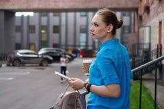 Девушка с ПК и кофе таблетки Стоковое Изображение