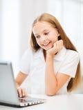 Девушка с ПК компьтер-книжки на школе Стоковая Фотография