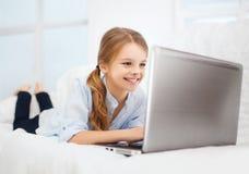 Девушка с ПК компьтер-книжки дома Стоковое Фото
