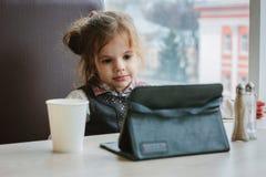 Девушка с ПК таблетки Стоковое Фото