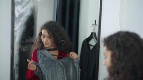 Девушка с 2 платьями в уборной видеоматериал