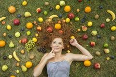 Девушка с плодоовощ Стоковая Фотография RF