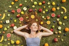 Девушка с плодоовощ Стоковые Изображения