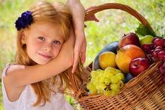 Девушка с плодоовощ Стоковое Изображение