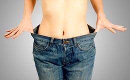 Девушка с плоским животом наслаждаясь ей преуспела диетпитание Стоковые Фотографии RF