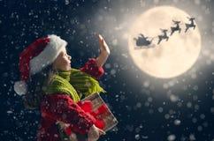Девушка с подарками на рождество стоковые фотографии rf