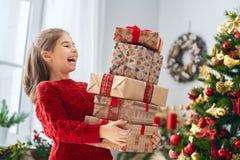 Девушка с подарками на рождество стоковая фотография rf