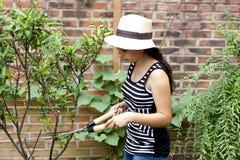 Девушка с подрежа ножницами Стоковые Изображения RF