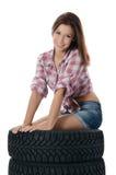 Девушка с покрышками автомобиля Стоковые Фото