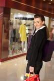 Девушка с покупками в магазине Стоковые Изображения RF