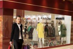 Девушка с покупками в магазине Стоковая Фотография