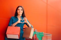 Девушка с покупками и сумки подарка перед магазином супермаркета Стоковые Фотографии RF