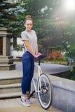 Девушка с починкой велосипеда Стоковая Фотография RF