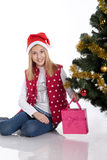 Девушка с подарками приближает к рождественской елке Стоковые Изображения RF