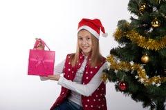 Девушка с подарками приближает к рождественской елке Стоковое фото RF