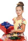 Девушка с подарком в своих руках Стоковая Фотография