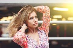 Девушка с превращаясь стойками волос Стоковое Фото