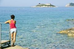 Девушка с предпосылкой моря Стоковое Изображение